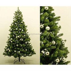 Geschmückter Weihnachtsbaum mit Christbaumkugel und LED Lichterkette