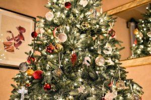 Festlicher Künstlicher geschmückter Weihnachtsbaum