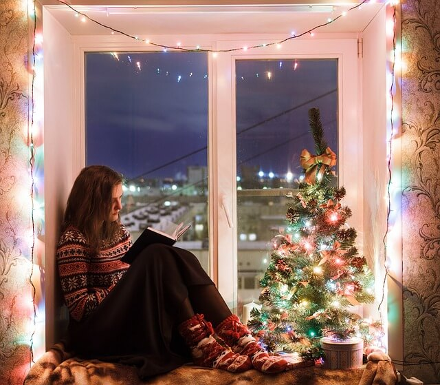 Mini Weihnachtsbaum beleuchtet auf der Fensterbank