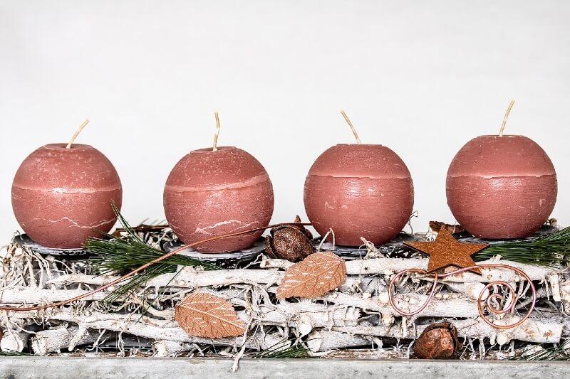 Adventskranz aus Holz mit 4 runden roten Kerzen