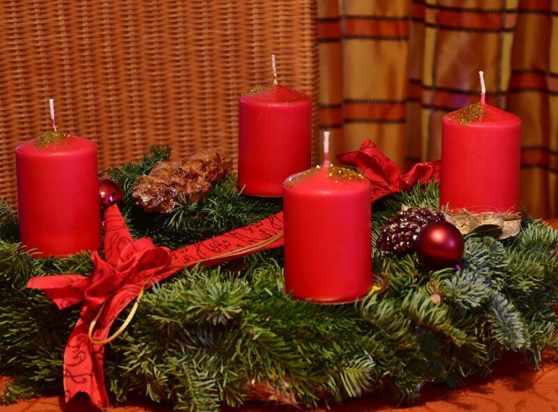 Adventskranz Rot mit Kerzen