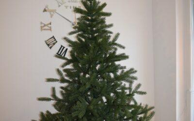 Naturgetreuer künstlicher Weihnachtsbaum