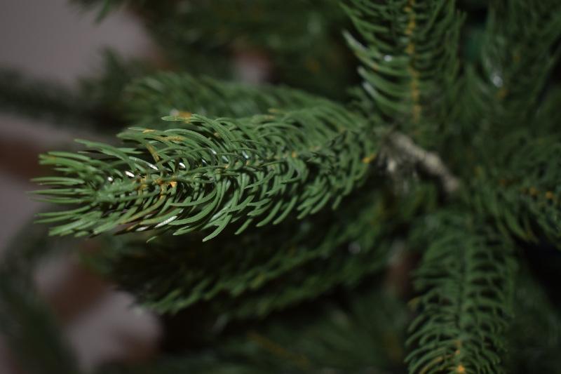 Naturgetreuer künstlicher Weihnachtsbaum mit Spritzguss NAdeln