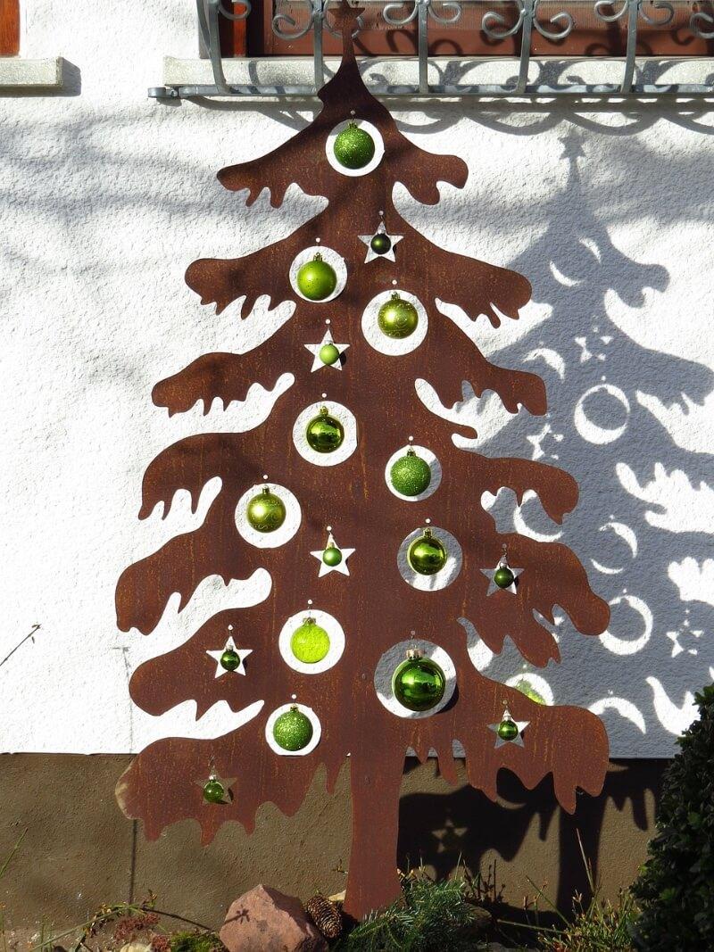 Tannenbaum aus Metall mit Christbaumkugeln Aussenbereich.